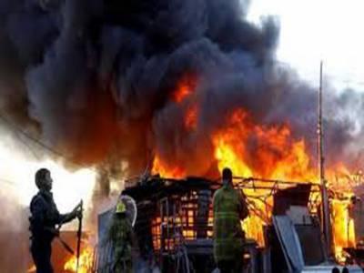 کراچی کےعلاقے لیاقت آباد میں رہائشی میں واقع گودام میں آتشزدگی سے لاکھوں روپے مالیت کاسامان جل کر راکھ ہوگیارہائشیوں کاکہناہے کہ فائربریگیڈ کاعملہ تاخیر سے پہنچا جس سے زیادہ نقصان ہوا