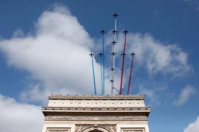 فرانس کے قومی دن بیسٹائل ڈے پر ایفل ٹاور روشنیوں میں نہا گیا