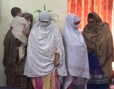 پشاور:لیڈی ڈاکٹر اور اسٹاف نرس بچوں کے اغوا میں ملوث نکلیں , ایک بچی برآمد , اغوا کار گروپ اب تک 9 بچوں کو فروخت کرچکا ہے