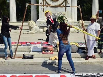 خواتین سے متعلق نازیبا بیان پر امریکا میں مظاہرے، ٹرمپ کے پتلا نذر آتش