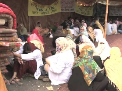 لاہور میں ینگ ڈاکٹرز کا دھرنا چوتھے روز بھی جاری، مریضوں کو مشکلات کا سامنا