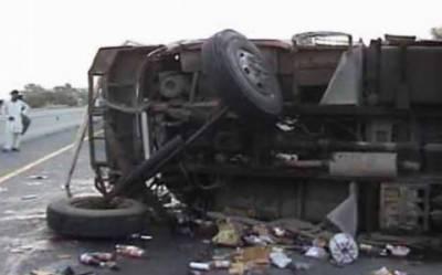 پشاورموٹر وے پر بارش کے باعث مسافر وین کوحادثہ،4افراد جاںبحق ، 11 زخمی