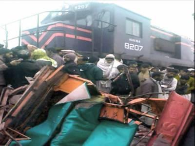 لودھراں کے قریب 2 رکشے ٹرین کی زد میں آنے سے 6 بچے جاں بحق
