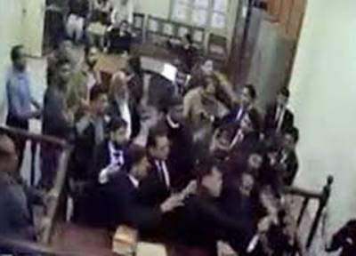 لاہور کی سیشن عدالت میں وکلا نے قانون کا تقدس پامال کر کے رکھ دیا