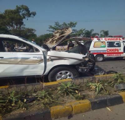 پشاور:ایف سی کی گاڑی پر خودکش حملہ، میجر سمیت 2 اہلکار شہید،10افراد زخمی