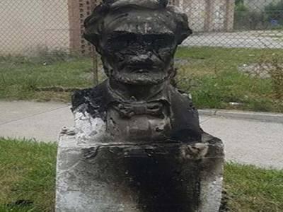 امریکی شہر شکاگو میں سابق صدر ابراہام لنکن کا مجسمہ نذر آتش