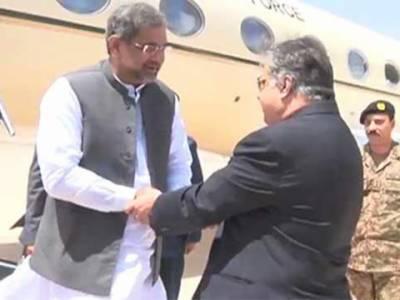 وزیر اعظم شاہد خاقان عباسی کوئٹہ پہنچ گئے، وزیر اعلیٰ بلوچستان ثناءاللہ زہری نے استقبال کیا