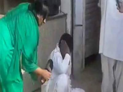 میاں چنوں: لڑکی کو چھیڑنے پر خواتین نے جعلی پیر کی چھترول کر دی، پولیس کے حوالے