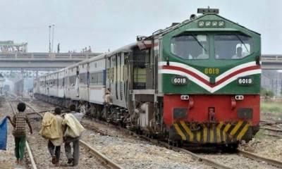 کراچی سے پشاور جانے والی خوشحال خان خٹک ایکسپریس کا انجن پٹری سے اتر گیا،مسافر محفوظ