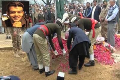 لاہور:شہیدسیکنڈلیفٹیننٹ عبدالمعیدکو ایوب سٹیڈیم میں فوجی اعزاز کے ساتھ سپرد خاک کر دیا گیا