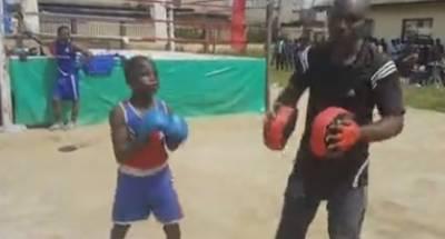 تیرہ سالہ نائیجیرین بچہ باکسنگ اسٹار بن گیا