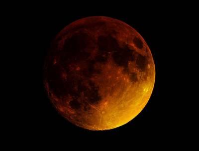ڈیڑھ سو سال بعد چاند نے ایک ساتھ تین نظارے دکھانا شروع کردیے،یہ نظارہ پاکستان سمیت دنیا کے مختلف ممالک میں بھی کیا جارہا ہے