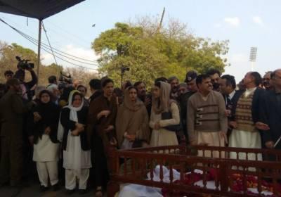 عاصمہ جہانگیر کی نماز جنازہ قذافی اسٹیڈیم کے باہر ادا کر دی گئی