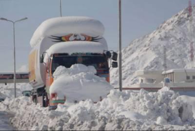 مری: نتھیا گلی میں برف باری سے بند سڑکیں کھول دی گئیں