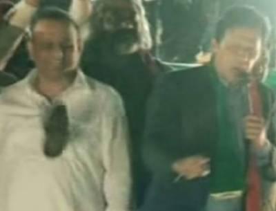 گجرات میں ایک شخص نے عمران خان کی جانب جوتا اچھال دیا جو قریب کھڑے تحریک انصاف کےرہنما عبدالعلیم خان کو جا لگا