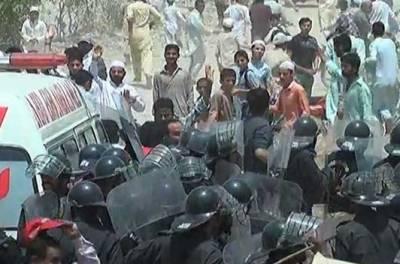 6 سالہ بچی کی ہلاکت پر ورثا کا روڈ بلاک کرکے احتجاج,علاقہ میدان جنگ بن گیا