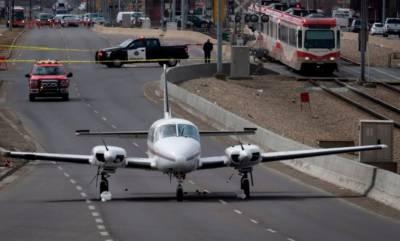کینیڈا:طیارے کی سڑک پر ہنگامی لینڈنگ,ٹریفک کئی گھنٹےمعطل