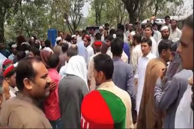 پی ٹی آئی کارکنوں کاعمران خان کی رہائش گاہ کےباہرٹکٹوں کی غیرمنصفانہ تقسیم کے خلاف احتجاج