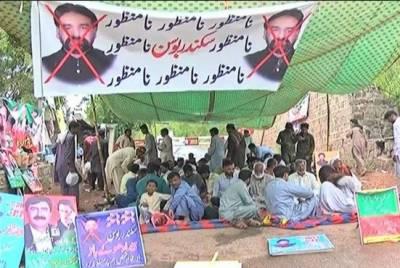 ٹکٹوں کی تقسیم پر بنی گالا کے باہر ناراض کارکنان کا احتجاج جاری
