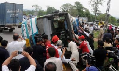 راجن پور:تیز رفتار مسافر بس الٹ گئی، 4 افراد جاں بحق، 40 زخمی