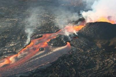 امریکی ریاست ہوائی کے آتش فشاں سے لاوا ندی کی صورت میں بہناشروع