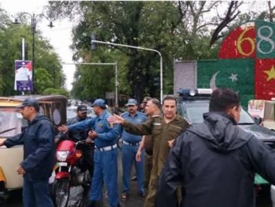 لاہور:ٹریفک وارڈنز نے بارش کے دوران ڈیوٹی کرکے فرض شناسی کی اعلیٰ مثال قائم کردی