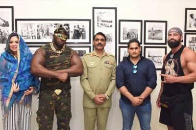 پاکستان : پروفیشنل ریسلنگ سیزن ٹو کا آغاز، غیرملکی ریسلرز کی ڈی جی آئی ایس پی آر میجر جنرل آصف غفور سے بھی ملاقات