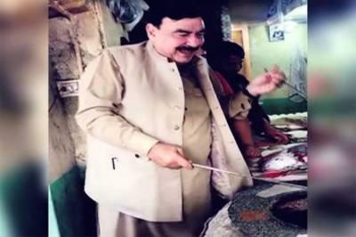 شیخ رشید کا ووٹ مانگنے کا نرالا انداز، نان بائیوں کیساتھ ملکر روٹیاں لگانے لگے