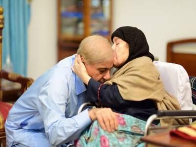 شہباز شریف کی جاتی امرا میں والدہ سے ملاقات ،والدہ نے شفقت کی اور سر پر ہاتھ رکھ کر دعائیں دیں