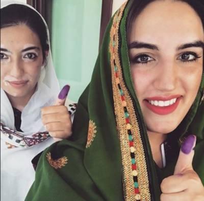 بختاور بھٹو اور آصفہ بھٹو نے نوابشاہ میں اپنا ووٹ کاسٹ کر دیا