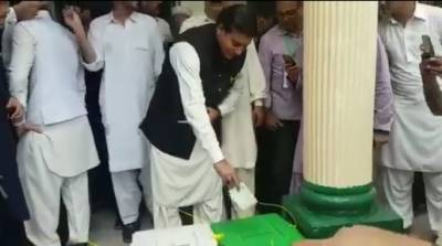 سابق وزیر اعظم راجہ پرویز اشرف نے اپنا حق رائے دہی استعمال کر لیا