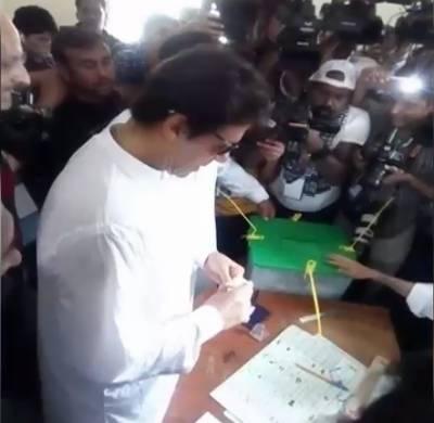 این اے 53:عمران خان نے اپنا ووٹ کاسٹ کردیا
