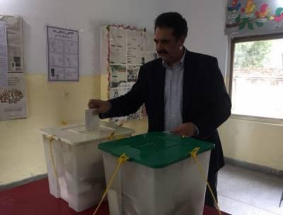 سابق آرمی چیف جنرل راحیل شریف نے گجرات کے حلقہ این اے 129 میں ووٹ کاسٹ کیا