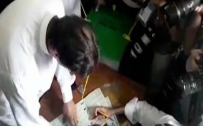 این اے 53:عمران خان نے کیمروں اور لوگوں کی موجودگی میں بلے پر اسٹمپ لگادی