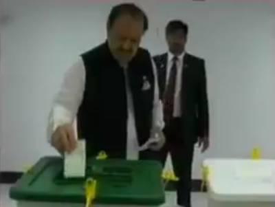صدر ممنون حسین نے اپنا ووٹ کراچی میں کاسٹ کیا