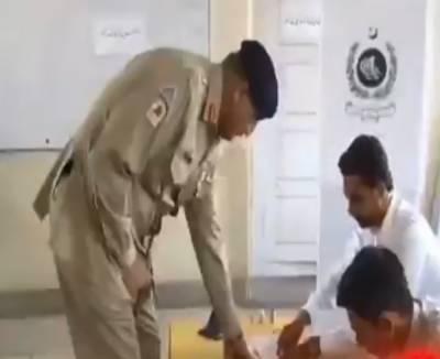آرمی چیف اور ان کی اہلیہ نے راولپنڈی میں ووٹ کاسٹ کر دیا