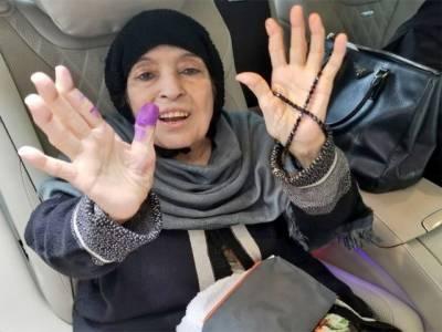 لاہور: نواز شریف, شہباز شریف کی والدہ نے وہیل چیئر پر آکر ووٹ کاسٹ کیا