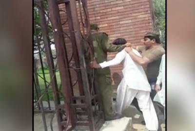 لاہور این اے 132 :ووٹ ڈالنے کے لیے جانے والے شخص کو پولیس نے تشدد کا نشانہ بنا دیا
