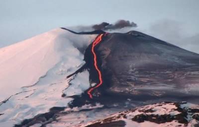 چلی:آتش فشاں کی راکھ نے برف کی رنگت بدل دی