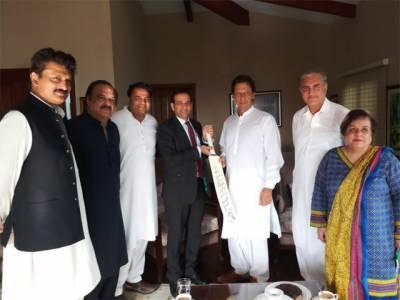 عمران خان سے بھارتی ہائی کمشنر کی ملاقات ؛ پاکستان بھارت سمیت اپنے تمام ہمسایوں کے ساتھ اچھے تعلقات کا خواہاں ہے،عمران خان