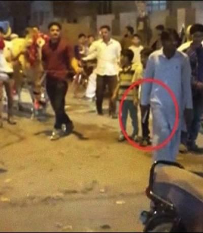 کراچی:قربانی کی بیل کیساتھ اسلحے کی نمائش کرنے والا شہری گرفتار