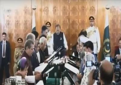 16 رکنی وفاقی کابینہ نے اپنے عہدوں کا حلف اٹھالیا, صدر ممنون حسین نے کابینہ ارکان سے حلف لیا