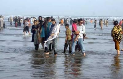 کراچی:سمندر میں طغیانی کے باعث ہاکس بے کا ساحل عوام کے لئے بند