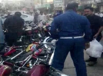 شیخ رشید کے پروٹوکول کیلئے ٹریفک وارڈن نے شہریوں کی موٹرسائیکلیں گرادیں