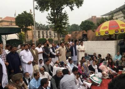شہباز شریف کی گرفتاری کے خلاف لیگی اراکین اسمبلی کا پنجاب اسمبلی گیٹ کے سامنے دھرنا