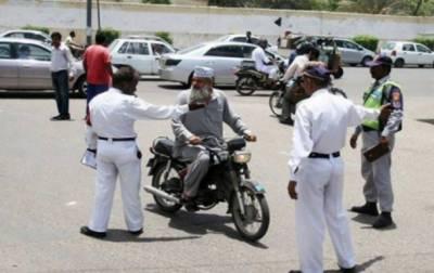 کراچی:رانگ وے کی خلاف ورزیاں جاری،لائسنس اورہیلمٹ مہم بھی شروع ہوگی۔