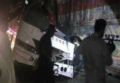 دادو: مسافر بس ٹرالر سے ٹکرا گئی، 8 مسافر جاں بحق، 28 زخمی