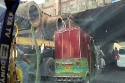 لاہور: جیل روڈ انڈر پاس میں ٹرالر پھنس گیا