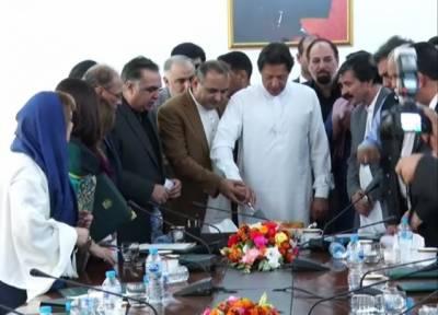 وزیراعظم آفس میں دیوالی کی تقریب، وزیراعظم عمران خان نے دیوالی کا کیک کاٹا