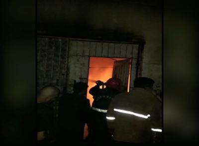 کراچی: تولیہ فیکٹری میں لگی آگ پر قابو نہ پایا جا سکا، 2 افراد زخمی